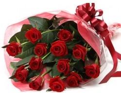 İzmit çiçekçi telefonları  10 adet kipkirmizi güllerden buket tanzimi