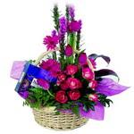 çikolata ve sepette çiçek   İzmit online çiçek gönderme sipariş