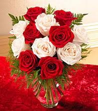İzmit çiçek yolla  5 adet kirmizi 5 adet beyaz gül cam vazoda