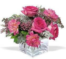 İzmit çiçek gönderme sitemiz güvenlidir  cam içerisinde 5 gül 7 gerbera çiçegi