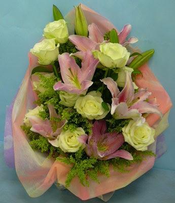 11 adet gül ve 2 adet kazablanka buketi  İzmit kaliteli taze ve ucuz çiçekler