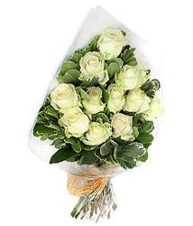 İzmit çiçekçiler  12 li beyaz gül buketi.