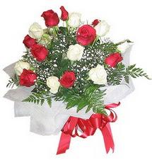 İzmit anneler günü çiçek yolla  12 adet kirmizi ve beyaz güller buket