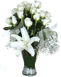 cam içerisinde 11 beyaz gül ve 1 kazablanka  İzmit çiçek mağazası , çiçekçi adresleri