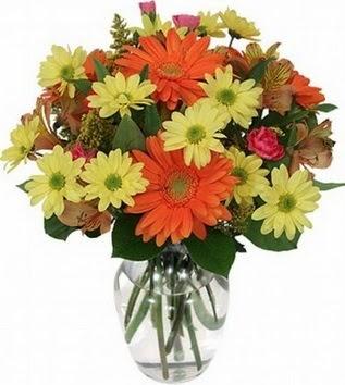 İzmit çiçek satışı  vazo içerisinde karışık mevsim çiçekleri