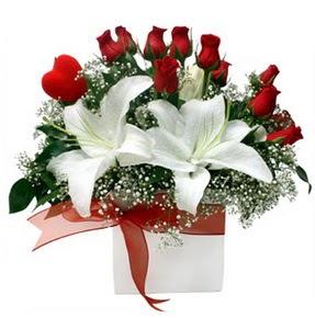 İzmit çiçek servisi , çiçekçi adresleri  1 dal kazablanka 11 adet kırmızı gül vazosu