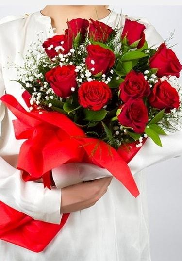 Aşk Gülleri 11 Adet kırmızı gül buketi  İzmit uluslararası çiçek gönderme